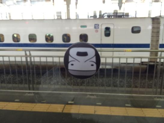 新幹線の喫煙ルームに張ってあるガラス目印のシールが新幹線になっている