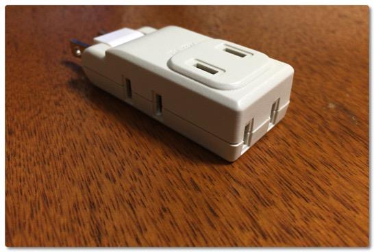 ノマド電源確保のためにメガネプラグ延長ケーブルから極小コーナータップに変えました、こっちも便利だ