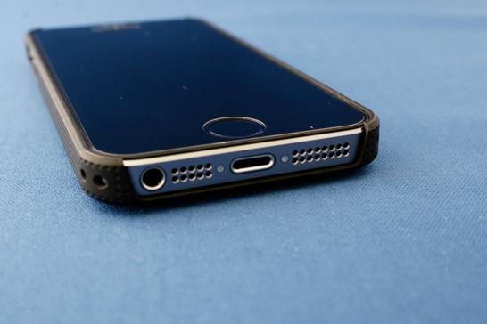 想定通りですが iPhone 5s には iPhone 5 用のアクセサリが使えます